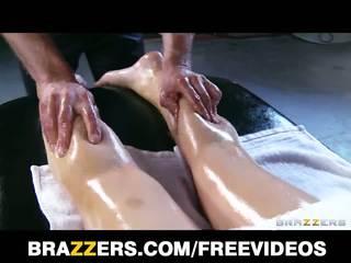 Abbey brooks gets намазан с олио нагоре & rubbed надолу от тя masseur