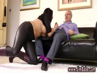 Booted πόρνη sucks dong