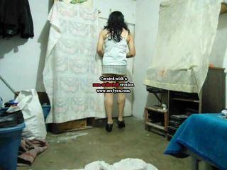 Mėgėjiškas crossdresser į mini sijonas dulkinimasis travolteadito