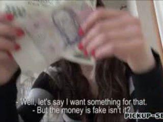 Amateur aimee ryanflashes haar klein tieten en geneukt voor cash
