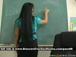 Gjoksmadhe brune mësues në shkollë going përmes an earthquake
