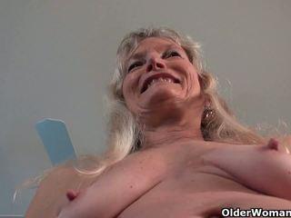 Grannies claire un kelli spēlēt ar viņu neskūts vāvere