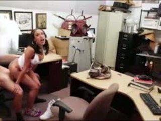 Дребен кубински момиче seduces owner с телевизия