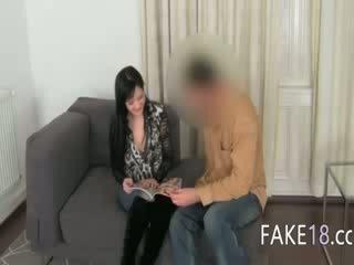 Fake agent having seks z piersi dziewczyna