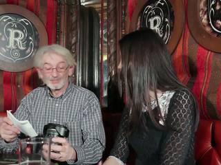 Млад дъщеря tempting дядо с млад путка секс