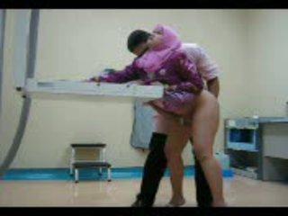 Arab mažutė į rožinis gets jos putė eaten iš tada pakliuvom nuo už video
