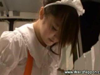Asiatisch kellnerin uses ein spielzeug während serving