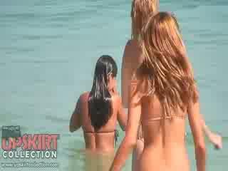 The cutie dolls w seksowne bikinis are gra z the waves i getting spied na