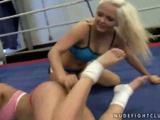 Karstās krūtainas meitenes fighting