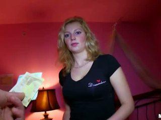 Секси чешки момиче прецака за sum на пари