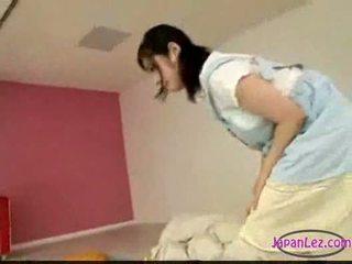 Asiatic fata masturband-se în timp ce licking cu degetul dormind tu