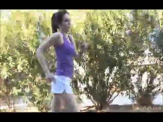 Aiden running outdoors dengan dia shellort mati kemudian di itu undressed