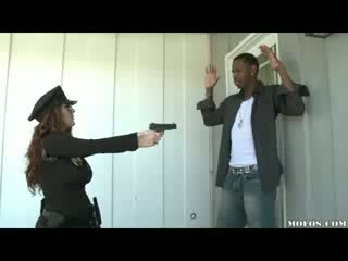 Polis wanita likes ia hitam!