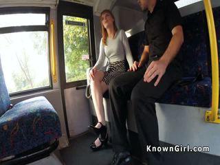 Harig poesje roodharige tiener banged op de bus