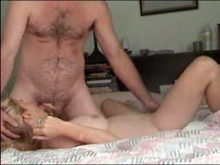 Meitene kliedzošas orgasms uz karstās mājas jāšanās video