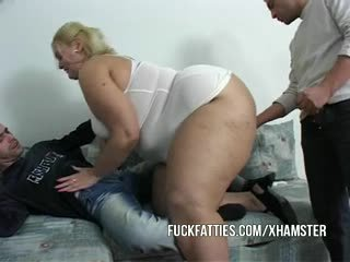 שמן נערה nurses a guy ו - שלו חבר ממשי טוב