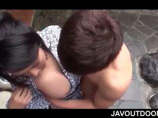 Krūtainas aziāti mājsaimniece mute stuffed ar grūti dzimumloceklis ārā