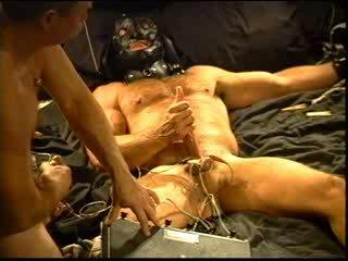 Siksaan alat kelamin pria electro stim kontes antara sebuah muscular menguasai dan sebuah besar bodybuilder.