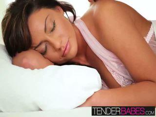 Tiffany brookes nauw poesje getting geboord hard op de bed