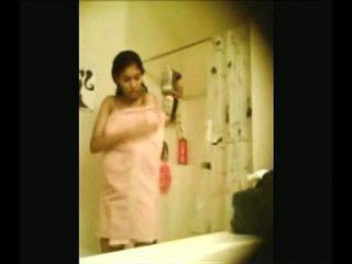 Indisch campus honing recorded door verborgen webcam in douche