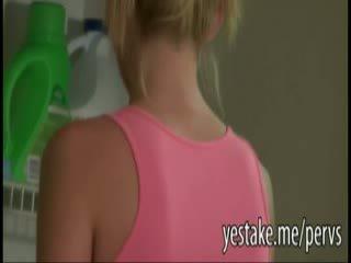 Guy spies op zijn friends sister doing laundry en gets zijn piemel in haar