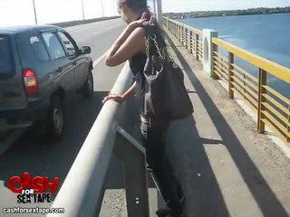 Stripping en lul zuigen in moving auto video-