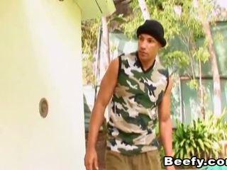 Beefy muscle hunt un jāšanās uz the māja