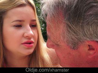 Cherry lyse delicious lips lets bestefar sæd i henne rumpe