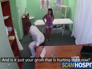 Gyönyörű adela gets neki rózsaszín punci licked és majd pounded által neki doktor