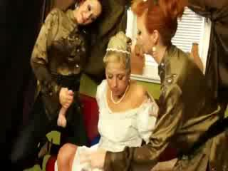 Bruid gets haar jurk soaked in bukkake door heet babes