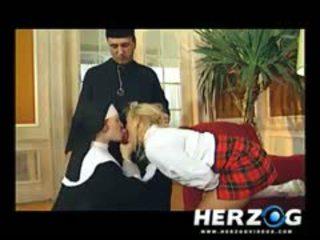 Bavarian 女学生 和 尼姑 banged 硬 由 priest