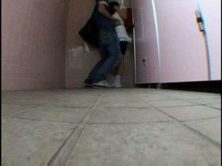 Młody nastolatka molested na schooltoilet