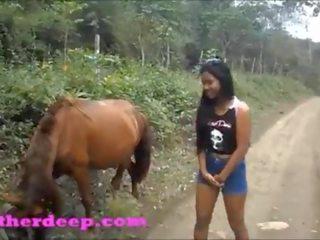 Hd heather dziļi 4 wheeling par scary ātrs quad un čurajošas nākamais līdz horses uz the džungļi
