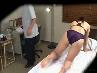 Jap sisse ujuma ülikond gets tissid massaged