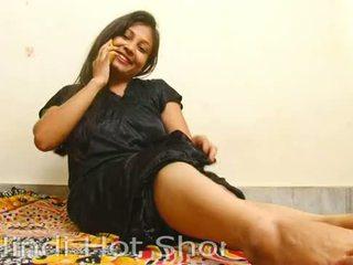 Indisk hot jente masturbates på telefon