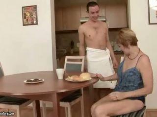 Horký babička enjoys pohlaví s a chlapec