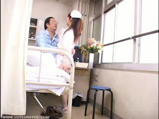 Κυρία νοσοκόμα και γριά farts μπανιστηριτζής σεξ