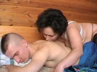 Opité ruské matka seduces the youth