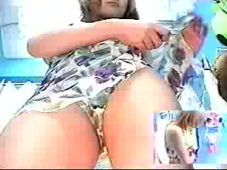 Harig babe in locker kamer is an amateur striptease honing