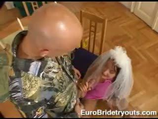 Bitchy brunette andy bruin fills haar mond met een sappig lul en loves het