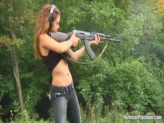 Shooting guns قريب بواسطة بعض avid fool