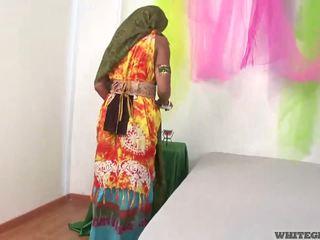 Kauniita intialainen vaimo imevien muscle peniksen