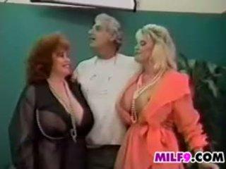 Cổ điển nữ nữ nam có ba người với trưởng thành phụ nữ
