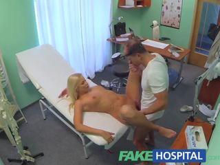 Fakehospital أقرن مفلس شقراء receives ل امرأة سمراء من ال الطبيب
