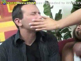 Kukolds helping viņa seksuālā sieva