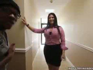 Kim cruz plays सीफएनएम में उसकी ऑफीस
