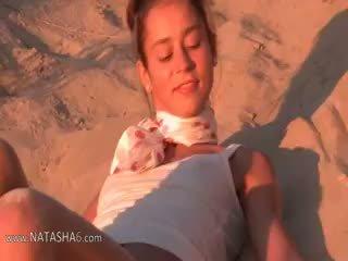 Natasha portuguesa jovem grávida mostrando rosa