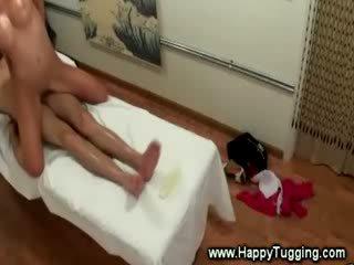 مفلس الآسيوية masseuse مارس الجنس بواسطة زبون خلال تدليك