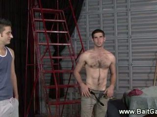 Heteroseksuaalne guy näitamist tema kuum keha