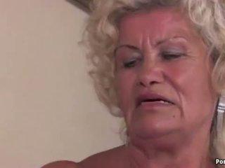 Бабуся screams в той час як трахкав жорсткий